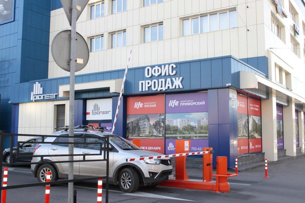 Автоматическая парковка возле супермаркета